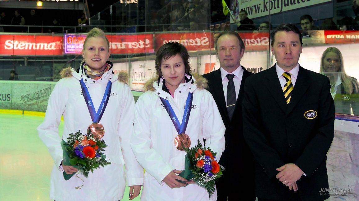 Olympiapronssia Saija Sirviö, Mira Kuisma ja Anne Helin (matkoilla)