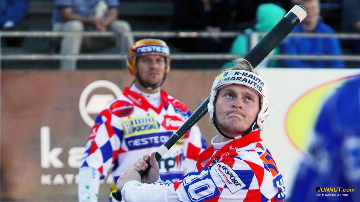 Oulun Lipon Matti Korhonen 3 lyötyä ja taustalla Sami Parttimaa 4 tuotua juoksua, 15.8.2010