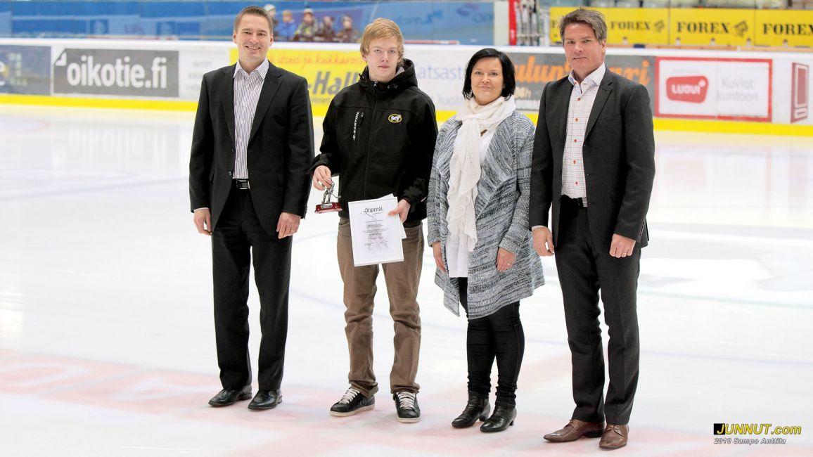 Marraskuun juniorille Konsta Härköselle luovutettiin stipendi Kärpät - Tappara ottelussa 16.11.2010