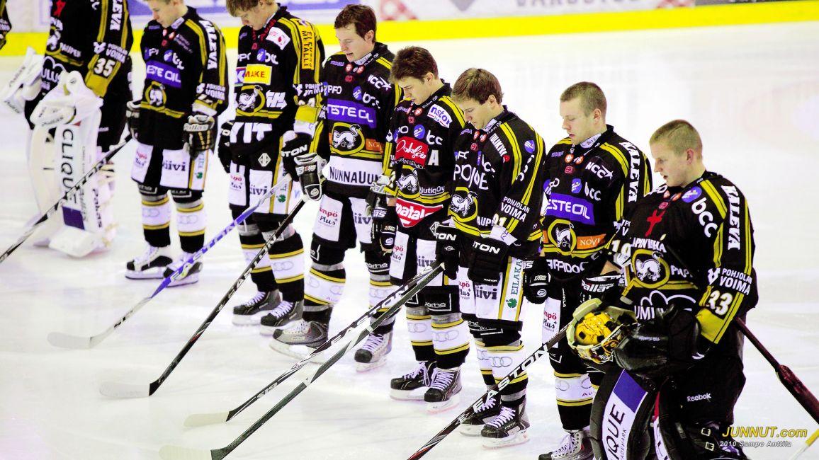 Erkki Koretin muistoa kunnioitettiin ennen Kärpät - Lukko ottelun alkua 27.11.2010