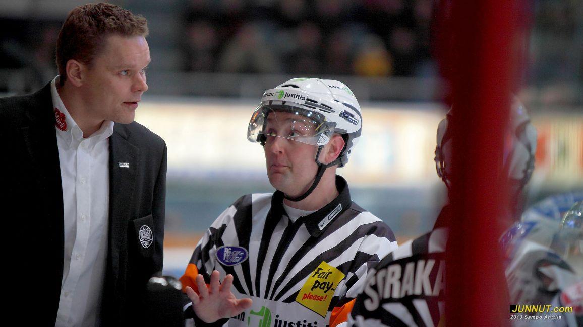 Päätuomari Tuomo Sorakangas keskustelemassa TPS:n valmentajan kanssa 4.1.2011 Kärpät-TPS