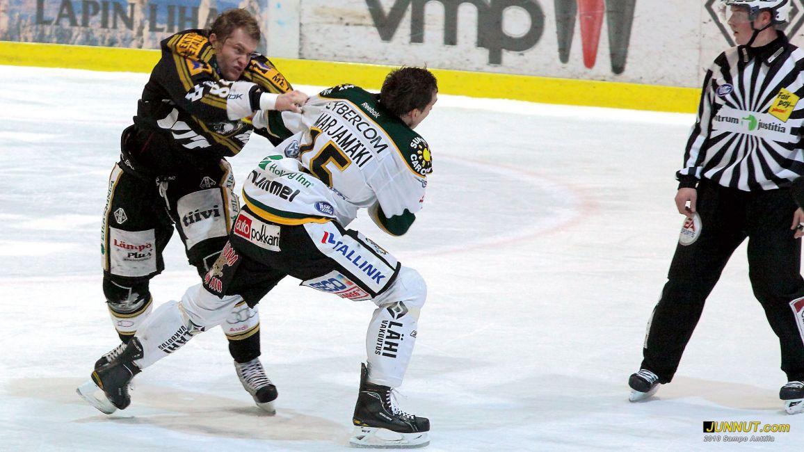 Kamil Kreps ja Masi Marjamäki selvittivät välejään 6.1.2011 Kärpät - Ilves SM-liigaottelussa