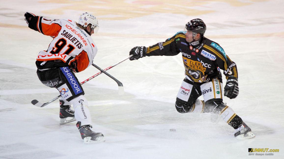 Kärpät - HPK, SM-liigaottelu 15.1.2011. Kuvassa Kaspar Saulietis, HPK ja Vladimir Sicak, Kärpät