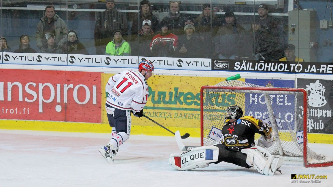 Hannes Hyvönen, HIFK - rankkarimaali SM-liigaottelussa Kärpät - HIFK 25.1.2011