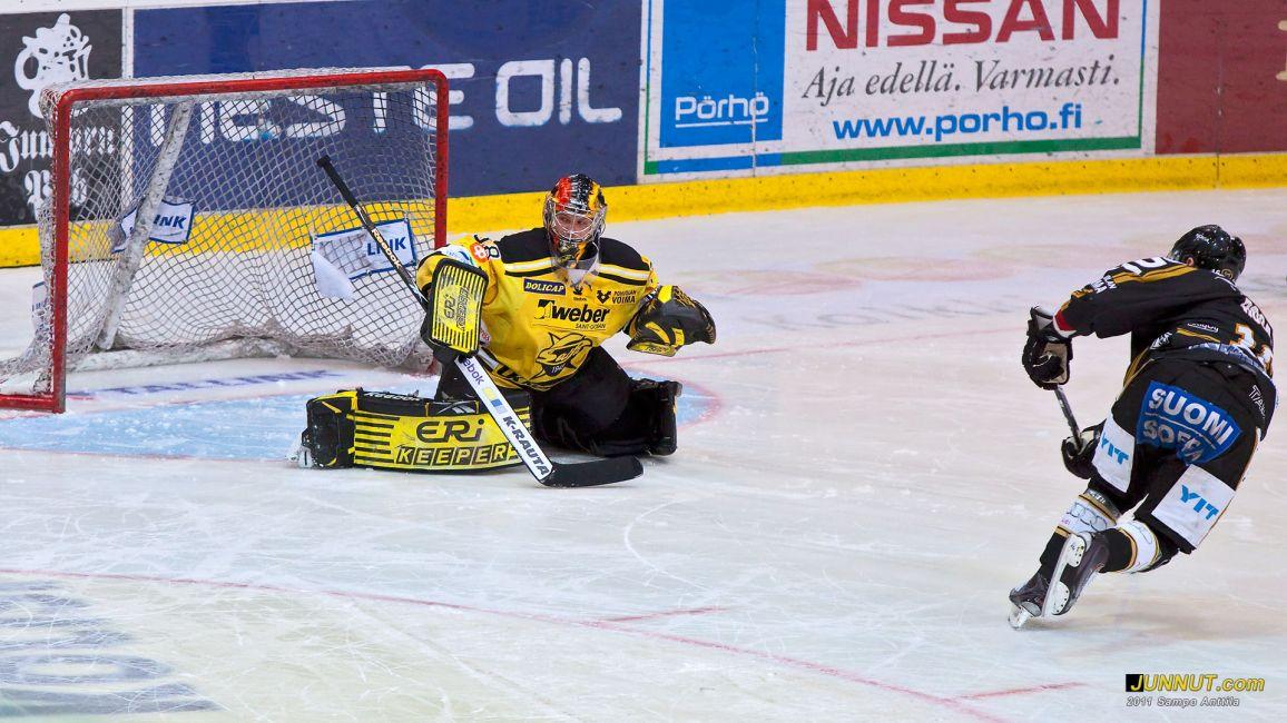 Pavel Rosa (kuvassa) ja Kamil Kreps onnistuivat voittomaalilaukauksessaan. Kärpät - SaiPa 5.2.2011 SM-liigaa Oulussa