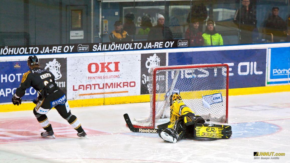 Kamil Kreps onnistui voittolaukauksessaan ja varmisti lisäpisteen Kärpille 5.2.2011 Kärpät - SaiPa SM-liigaa Oulussa