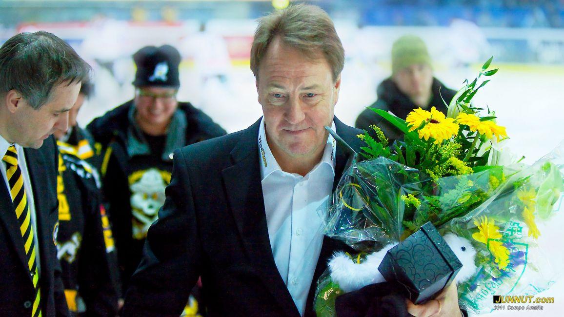 Päävalmentaja Hannu Aravirta kukitettiin ennen 700. SM-liiga juhlaotteluaan, Oulun Kärpät 22.2.2011