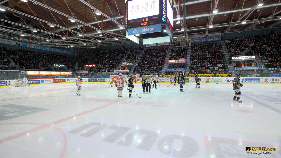 Halli lähes viimeistä sijaa myöten täynnä. Oulun Kärpät - Tappara 26.2.2011