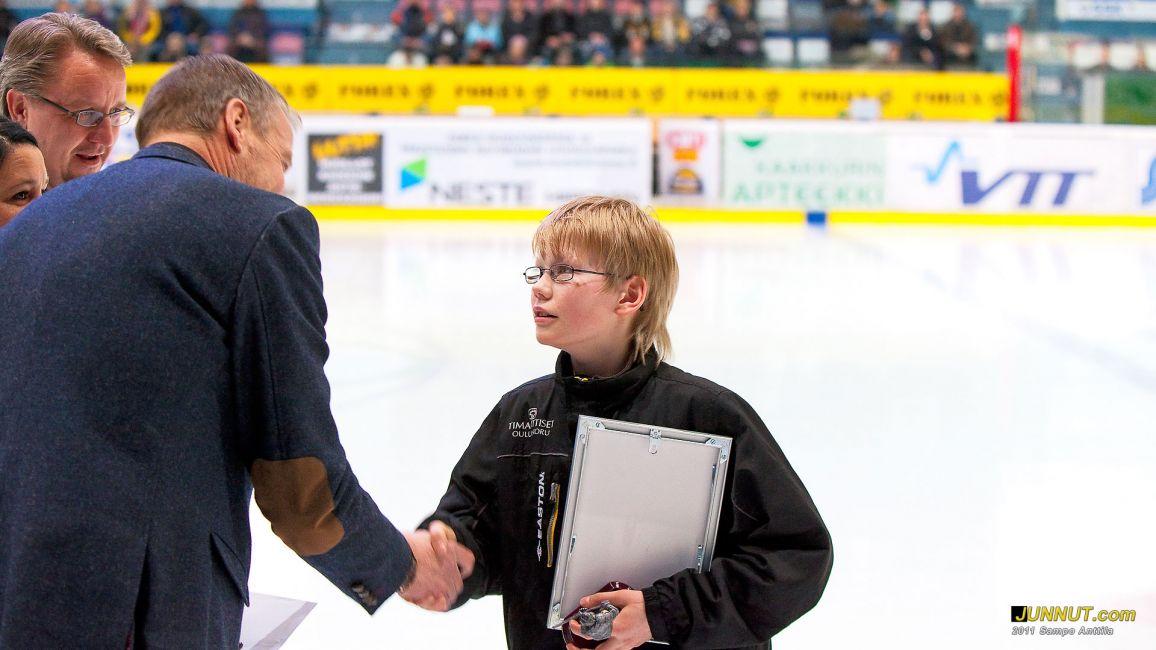 Oulun Kärppien maaliskuun kuukauden juniori Arttu Nevasaari E-00, palkittiin SM-liigaottelun erätauolla 10.3.2011