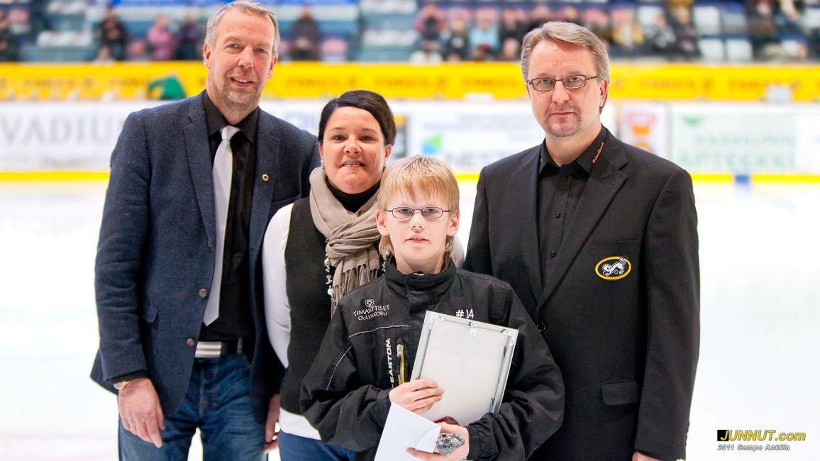 Maaliskuun kuukauden juniori Arttu Vevsaarelle luovutettiin stipendi Kärpät - Ilves SM-liigaottelun erätauolla 10.3.2011