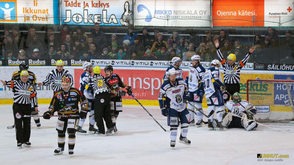 Tuomareilla riitti töitä. Kärpät - Blues, SM-liiga playoffs 15.3.2011