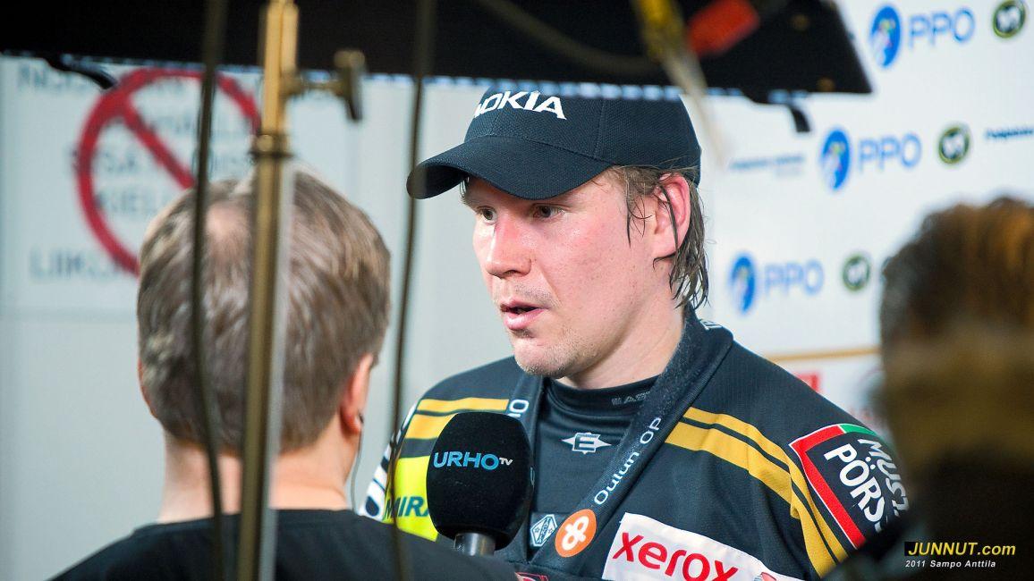 Kärppä-kapteeni Ilkka Mikkola heti ottelun jälkeisessä tv- ja lehdistötentissä. Kärpät - Blues, SM-liiga, playoffs 15.3.2011