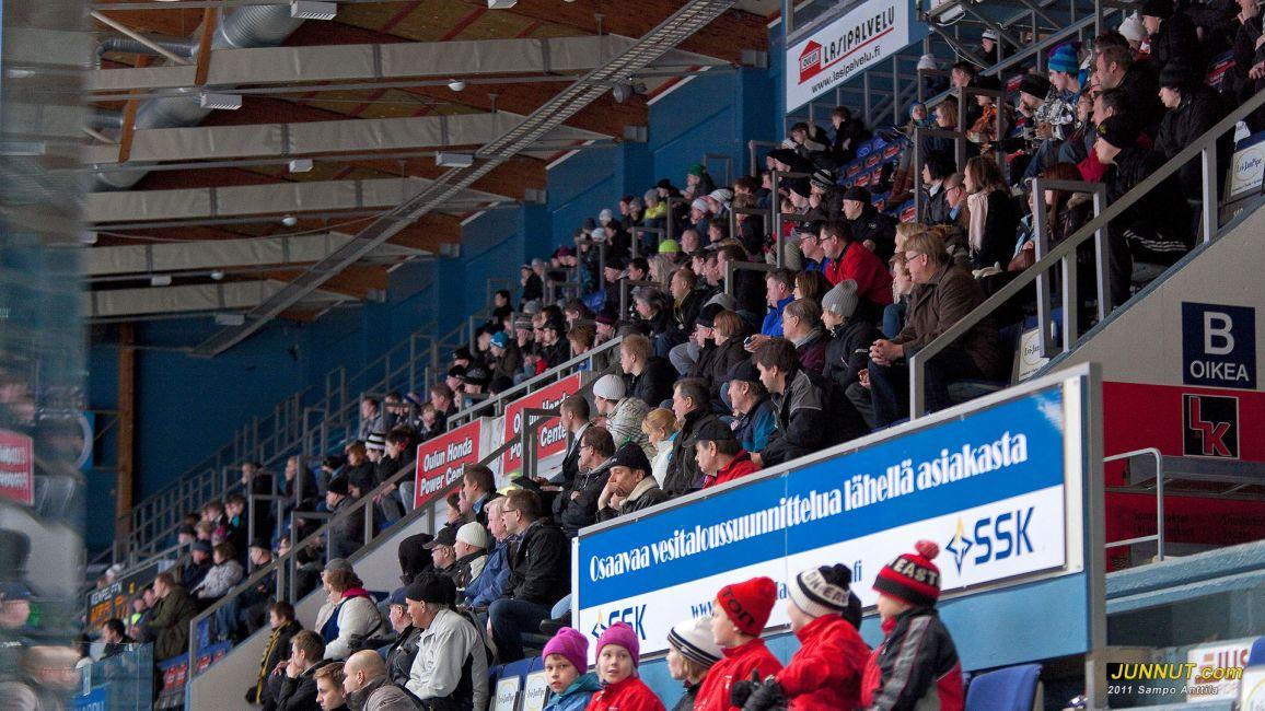 Yleisöä 16.3.2011 Kärpät - TPS,  B-nuorten SM-sarjan välieräottelu