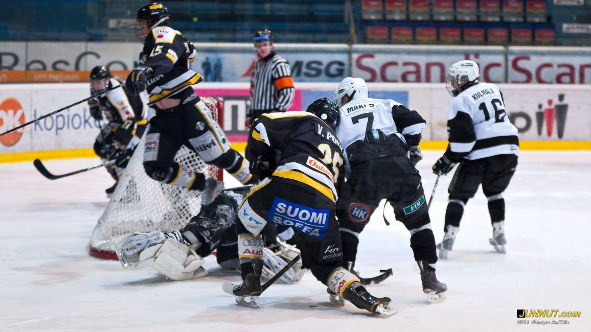 15 Miikka Salomäki, Oulun Kärpät, hyppäämällä maalivahdin yli esti töyrmäyksen Kärpät - TPS B-nuorten SM-sarjan välieräottelussa 16.3.2011