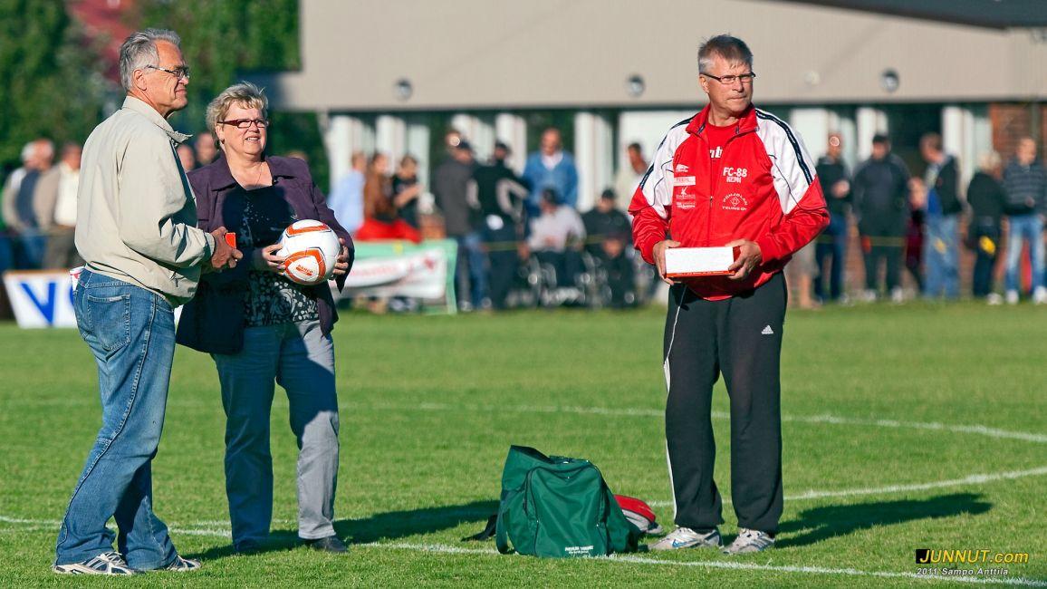 Kemin Vastaanottokeskus kiitti yhteistyöstä ja FC-88 lahjoitti 8 jalkapalloa vastaanottokeskuksen joukkueelle. Kuvassa Tapani Kurkela, Anne Tapio ja Markku Oksala. JUNNUT.COM 14.7.2011