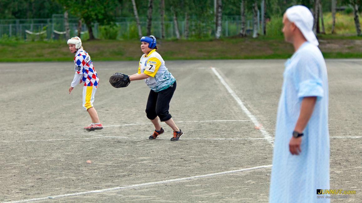 Jenni Haapakorvan (7) joukkueen pelinjohtaja Juuso Nurminen hävisi vetonsa ja joutui lunastamaan lupauksensa pukea naisten yöpaita yhdessä pelissä.