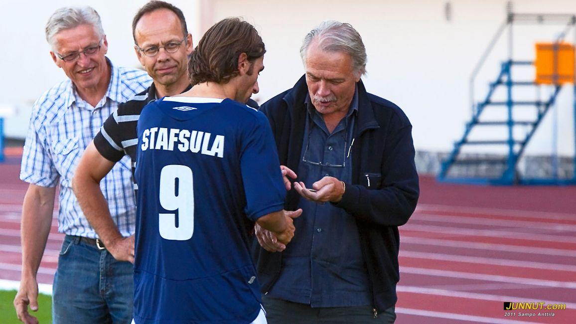 Dritan Stafsula vastaanotti kolme veikkauspörssin pistettä ja onnittelut tj. Juhani Janssonilta (Polartek Oy)
