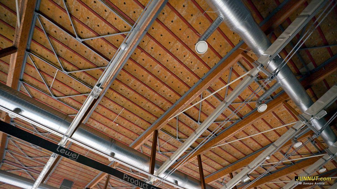 Oulun jäähallin katon tukirakenteita on lisätty kesän 2011 remontissa. 1.9.2011 JUNNUT.com