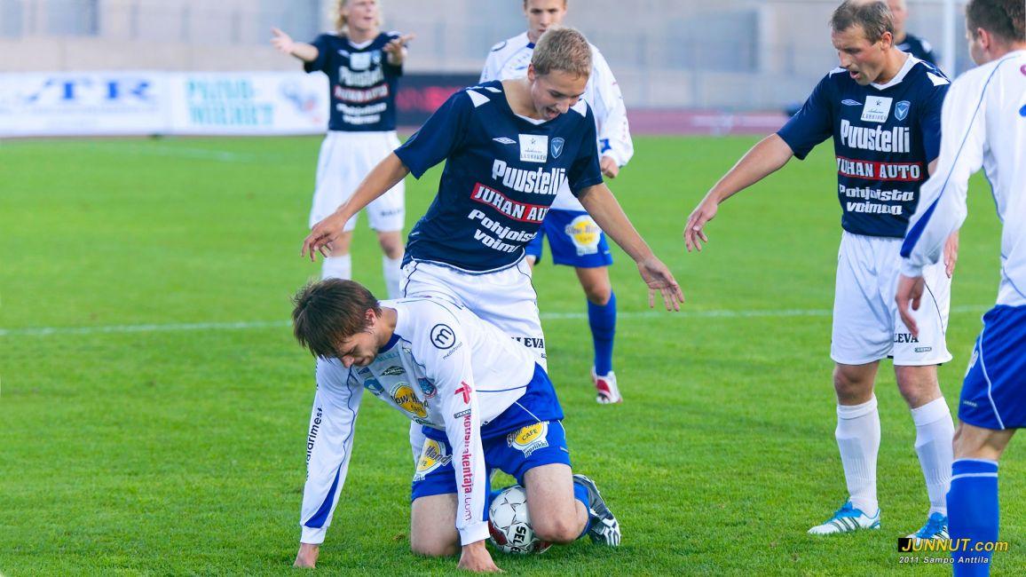 Katso, sehän hautoo palloa niin kuin kanaemo!! AC Oulu - FC Hämeenlinna, Miesten Ykkönen 21.8.2011, JUNNUT.com