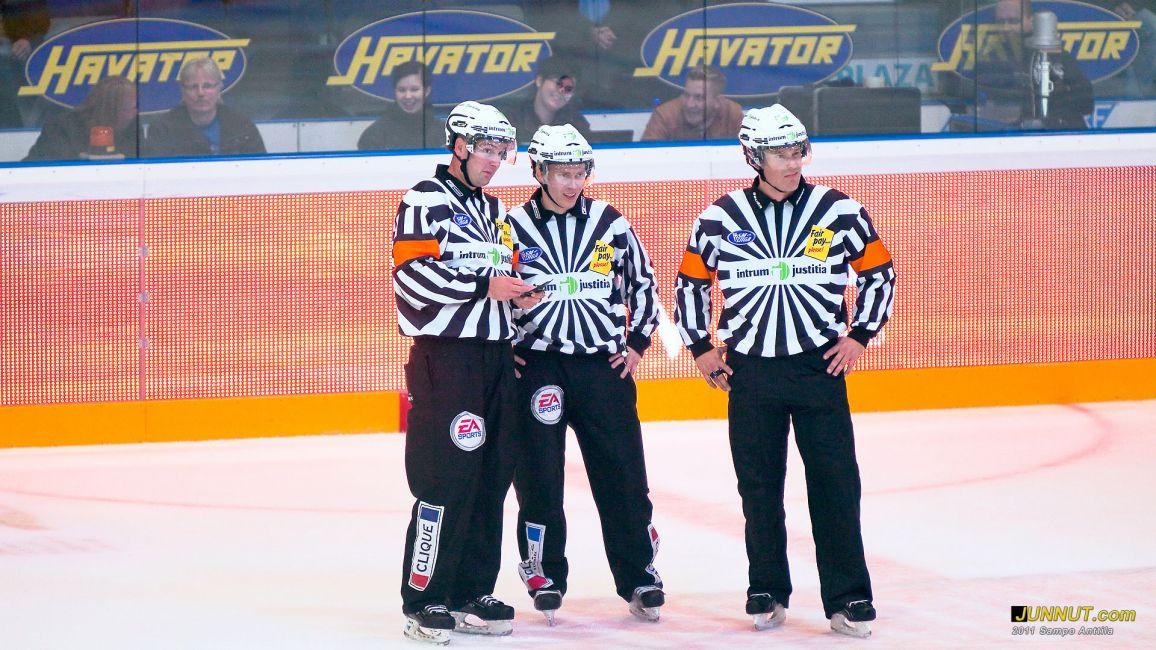 Tuomarit Tuomo Sorakangas,  Timo Malinen ja Tobias Björk Kärpät - Blues, SM-liigaa Oulussa 28.9.2011 JUNNUT.com
