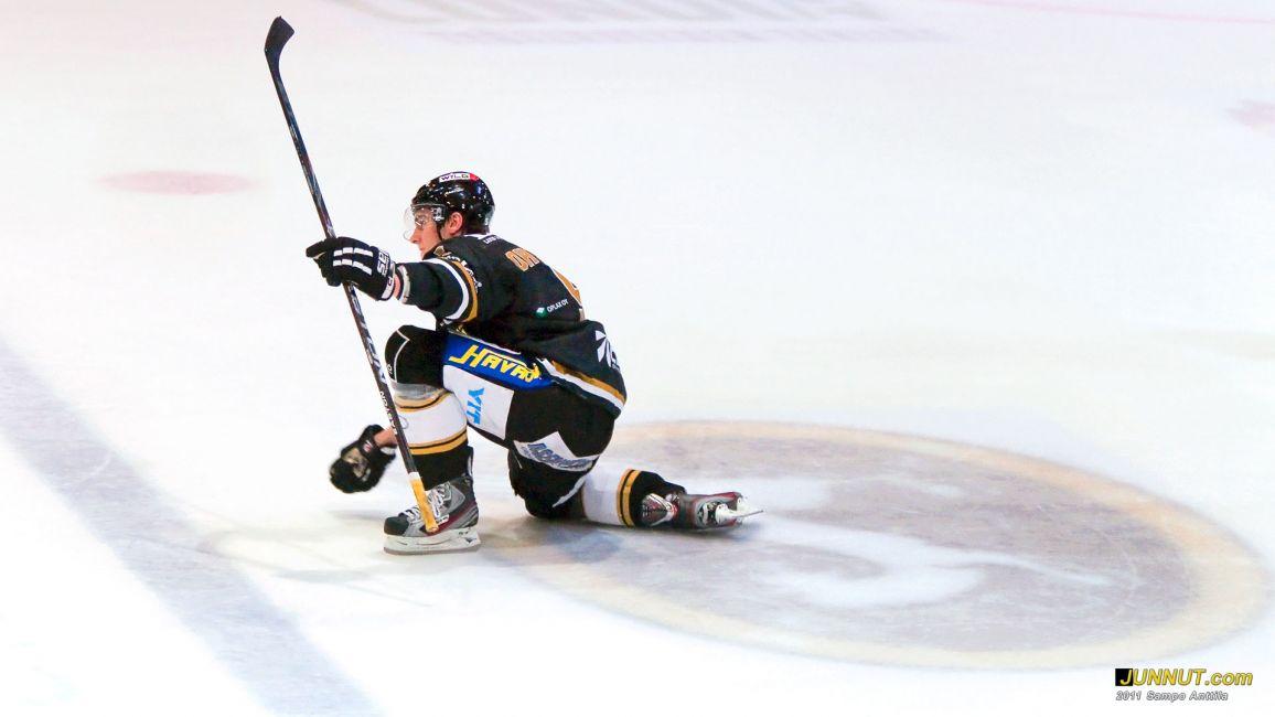 Puolustaja Atte Ohtamaa, Oulun Kärpät 18.10.2011: JUNNUT.com