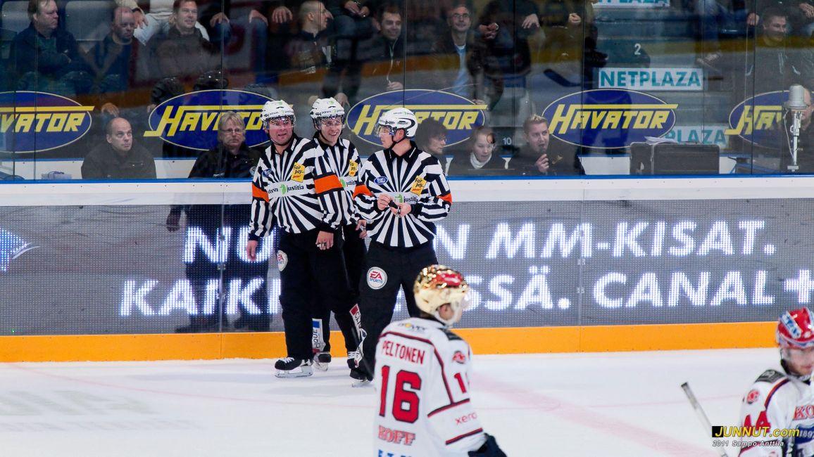 Päätuomarit Antti Hämäläinen ja Jarno Heikkinen, linjatuomari Timo Malinen (keskellä) 18.10.2011 JUNNUT.com
