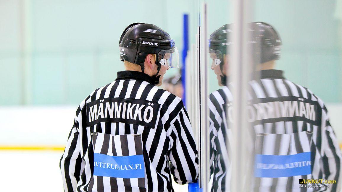 Erotuomari Jaakko Männikkö 15.10.2011, JUNNUT.com