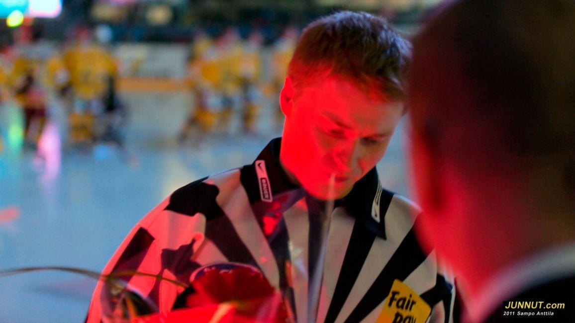 Linjatuomari Timo Malinen palkittiin 100 SM-liigaottelusta 27.10.2011 JUNNUT.com