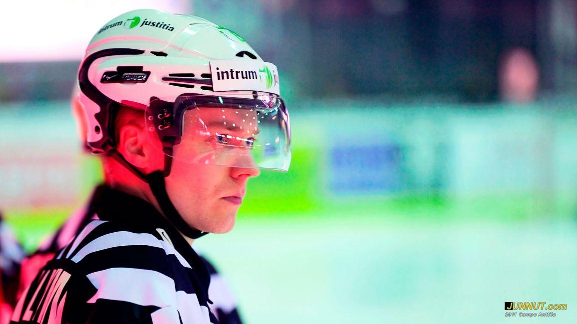 Linjatuomari Timo Malinen, 100 SM-liigaottelua 27.10.2011 JUNNUT.com