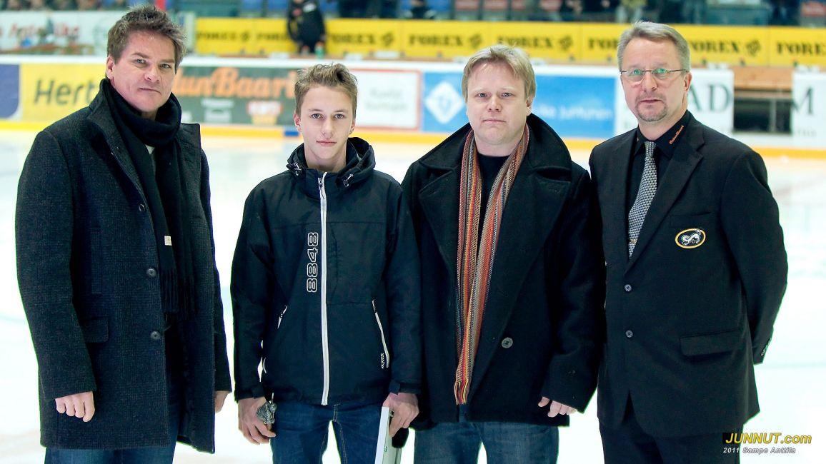 Kuukauden juniori Niko Mikkola Oulun Kärpät C2-97 palkittiin 19.11.2011 JUNNUT.com