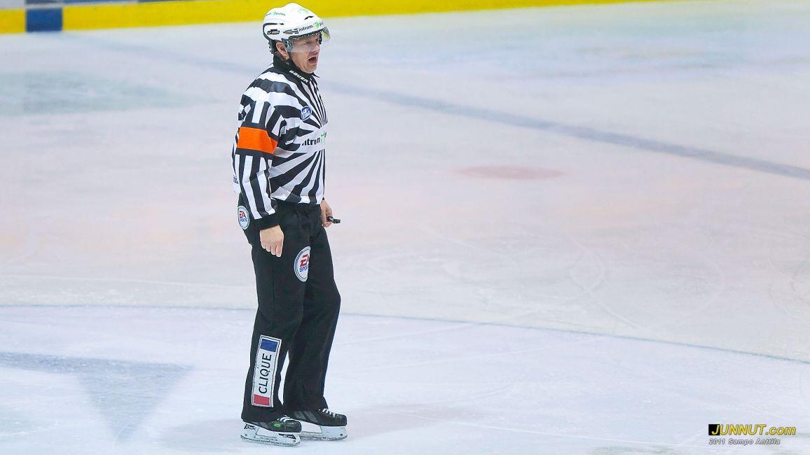 Päätuomari Jari Levonen 19.11.2011 Kärpät - Jokerit SM-liiga. JUNNUT.com