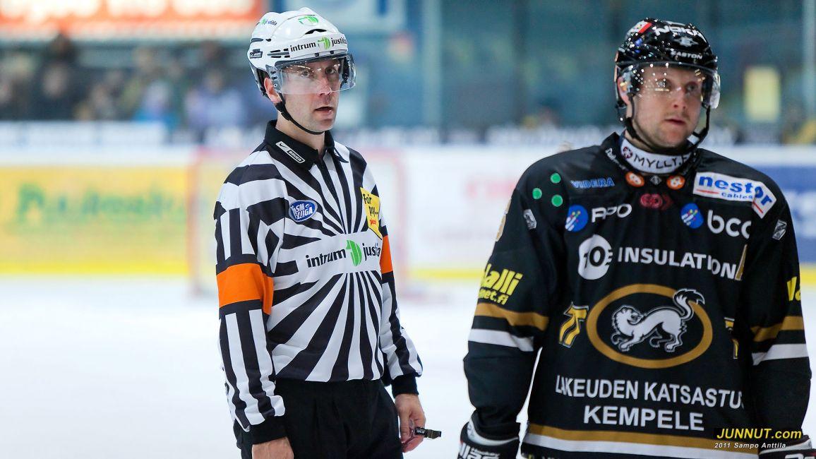 Ottelun päätuomari Antti Boman sai tilillee 200 SM-liigaottelua 19.11.2011 Kärpät - Jokerit pelissä. JUNNUT.com