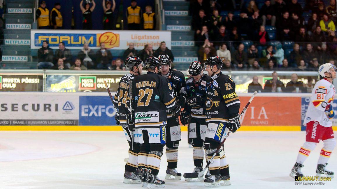 Jari Viuhkola ohitti Kärppien pistetilastossa Kari Jalosen 19.11.2011 Kärpät - Jokerit SM-liigaottelussa. Uusi seuran SM-liigan piste-ennätys on nyt Viuhkolan nimissä pistein 339 (107 + 232).