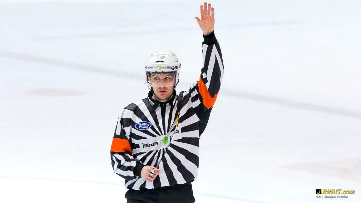 Päätuomari Jussi Leppänen 3.12.2011 Kärpät - Ässät SM-liiga. JUNNUT.com
