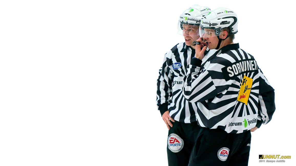 Linjatuomarit Timo Malinen ja Hannu Sormunen 9.12.2011 JUNNUT.com