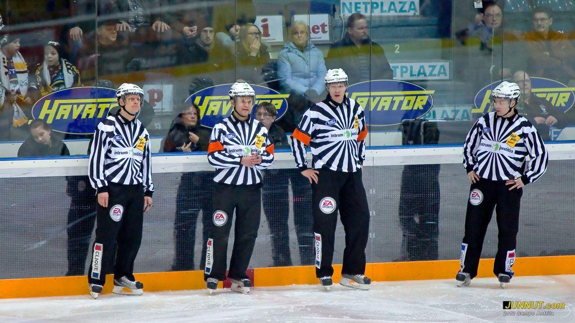 Linjatuomari Pasi Nieminen, päätuomarit Hannu Henriksson ja Jari Leppäaho, linjatuomari Timo Malinen 7.1.2012 JUNNUT.com