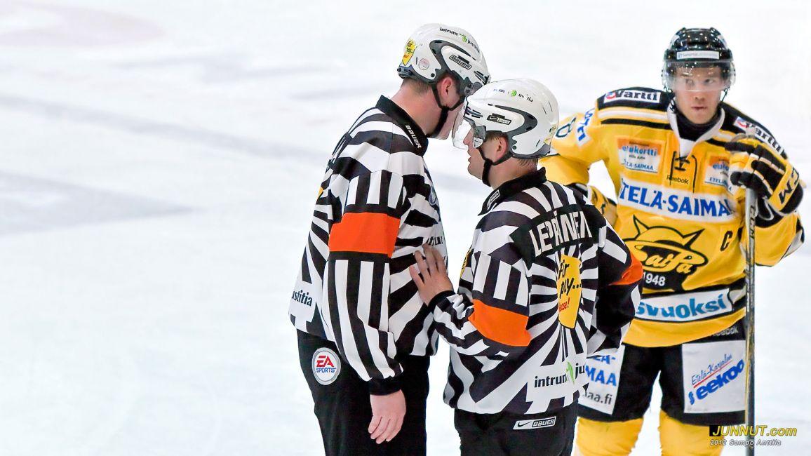 Päätuomarit Jari-Pekka Pajula ja Jussi Leppänen, #8 Ville Koho 4.2.2012 JUNNUT.com