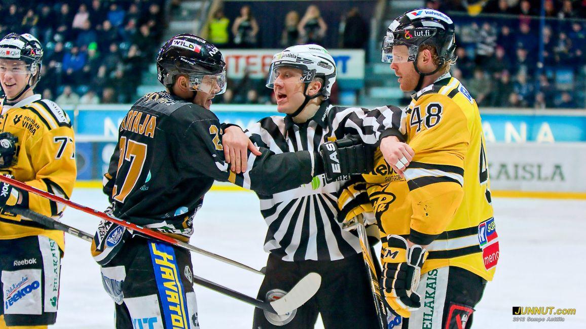 Linjatuomari Erkki Mikkonen, #77 Elmeri Kaksonen, #27 Juha-Pekka Haataja, #48 Mikko Pukka 4.2.2012 JUNNUT.com