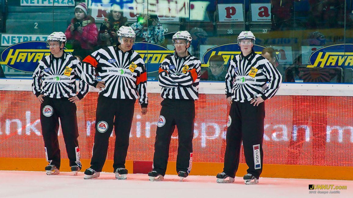Tuomarit Timo Malinen, Timo Favorin, Jussi Leppänen ja Teemu Sorakangas. Kärpät - HIFK 17.2.2012 JUNNUT.com
