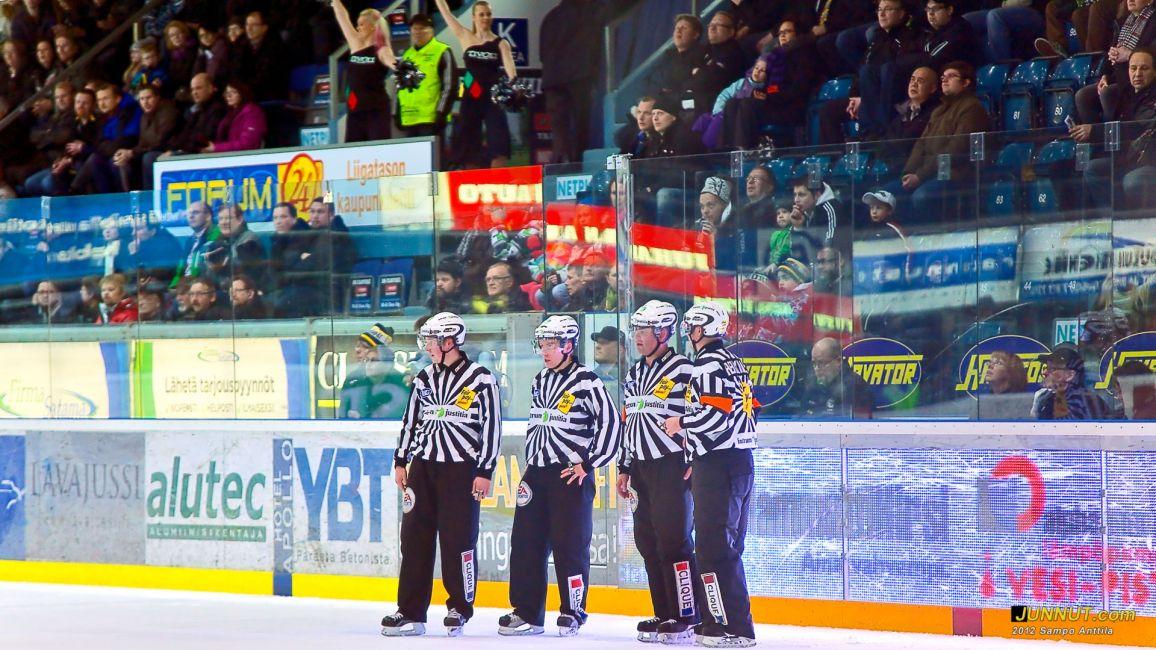Tuomarit Teemu Sorakangas, Timo Malinen, Jarno Heikkinen, Anttil Hämäläinen 25.2.2012 JUNNUT.com