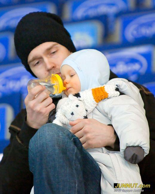 Tuomas ja Marius Tarkki olivat seuraamassa ottelua kun äiti oli pelaamassa. 13.3.2012 JUNNUT.com
