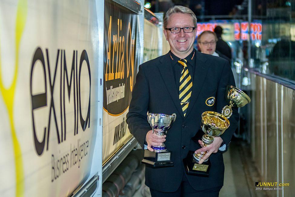 SJL:n nuorten SM-sarjojen kausi palkintoja olivat jakamassa Oulun Kärpät 46 ry:n johtokunnan varapuheenjohtaja Markku Veteläinen (taustalla)  ja toiminnanjohtaja Mika Pieniniemi.