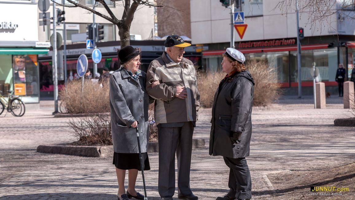 Oulun Kärppien perustajajäsen ja kunniapuheenjohtaja Jorma Nykänen puolisoineen keskustelemassa Helena Anttilan (oikealla) kanssa 1.5.2012 JUNNUT.com