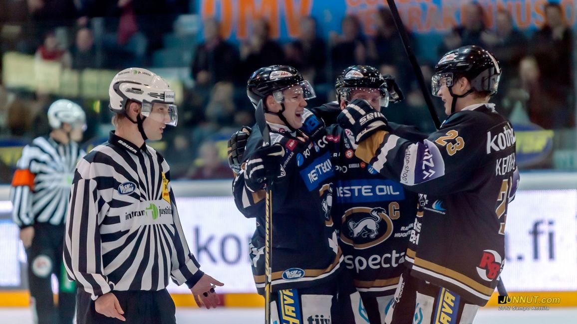 #2 Ville Pokka, Oulun Kärpät,  juhlii joukkuekavereiden ( #23 Kemppainen , #6 Mikkola) kanssa ensimmäistä SM-liigamaaliaan 12.10.2012 Kärpät - HIFK ottelussa