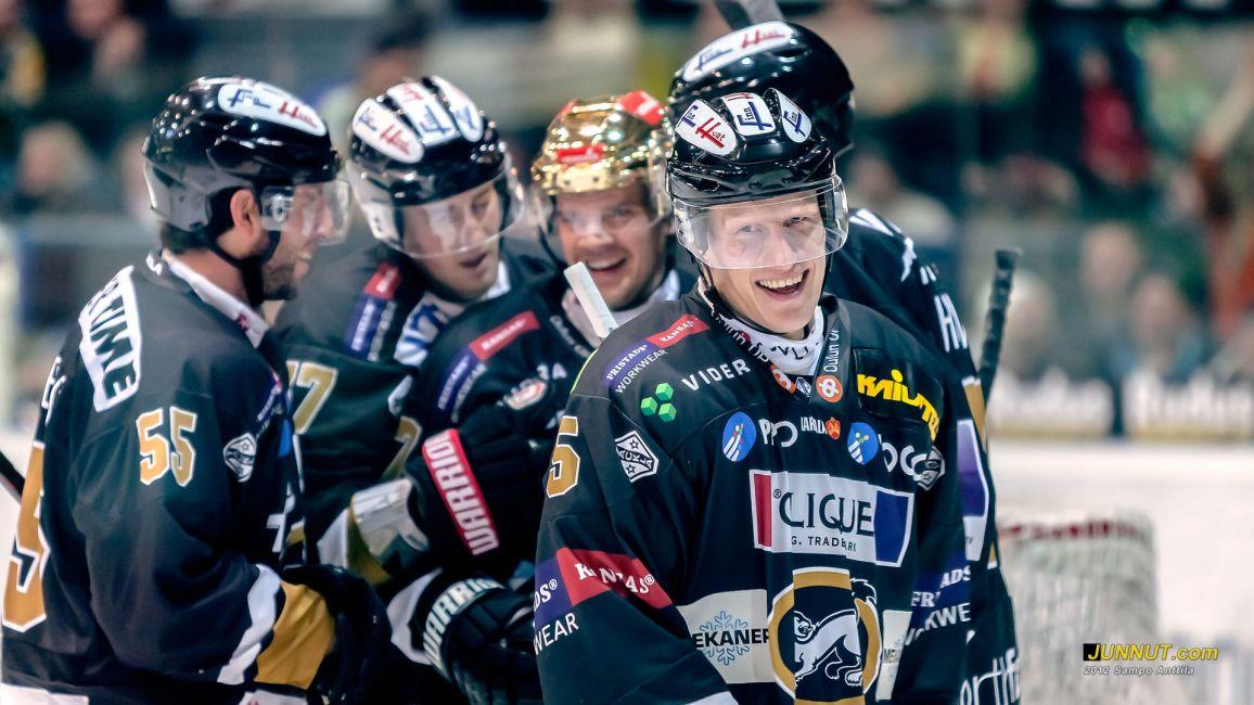 #85 Toni Kähkönen teki ottelussa hattutempun ja oli kaikissa Kärppien maaleissa mukana, 3.11.2012 Kärpät - JYP