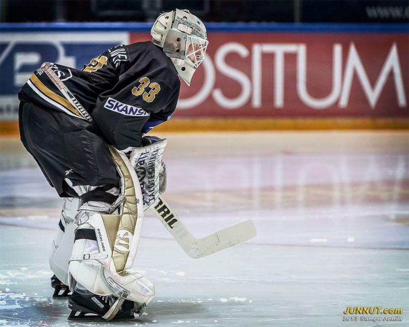 # 33 Maalivahti Toni Eskelinen, Oulun Kärpät 9.10.2013