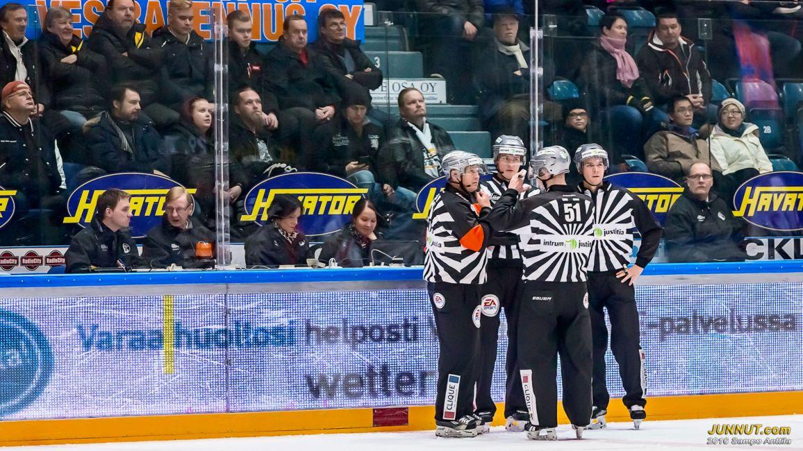 Päätuomarit #15 Jari Levonen, #12 Jani Luoma-Aho ja linjatuomarit #51 Lasse Lappalainen ja #37 Jussi Thomann