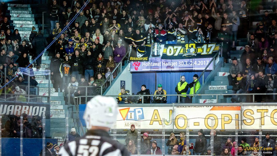Poromafia juhli kymmenen vuoden yhteistä taivalta Kärppien kanssa. [Poromafia (lyhyemmin PM tai PM07) on vuonna 2007 perustettu itsenäinen ja epävirallinen Oulun Kärppien kannattajaryhmä.]