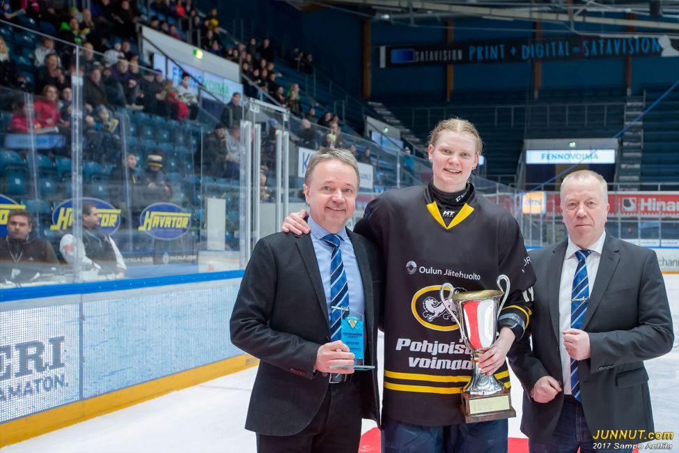 Oulun Kärppien puolustaja Mira Jalosuo palkittiin sunnuntaina Naisten SM-sarjan pudotuspelien arvokkaimman pelaajan Karoliina Rantamäki -palkinnolla.